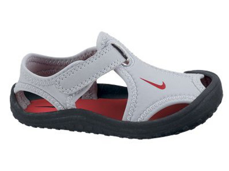 The Nike Toddler Boys' Sunray Protect 2 PS Sandals feature water-resistant uppers and Phylon cushioning.